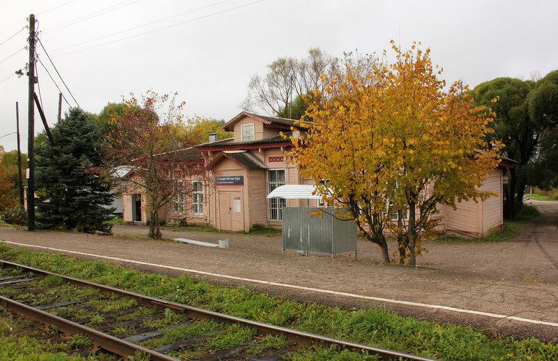 Деревянный вокзал на станции Кесова гора, вид со стороны платформы
