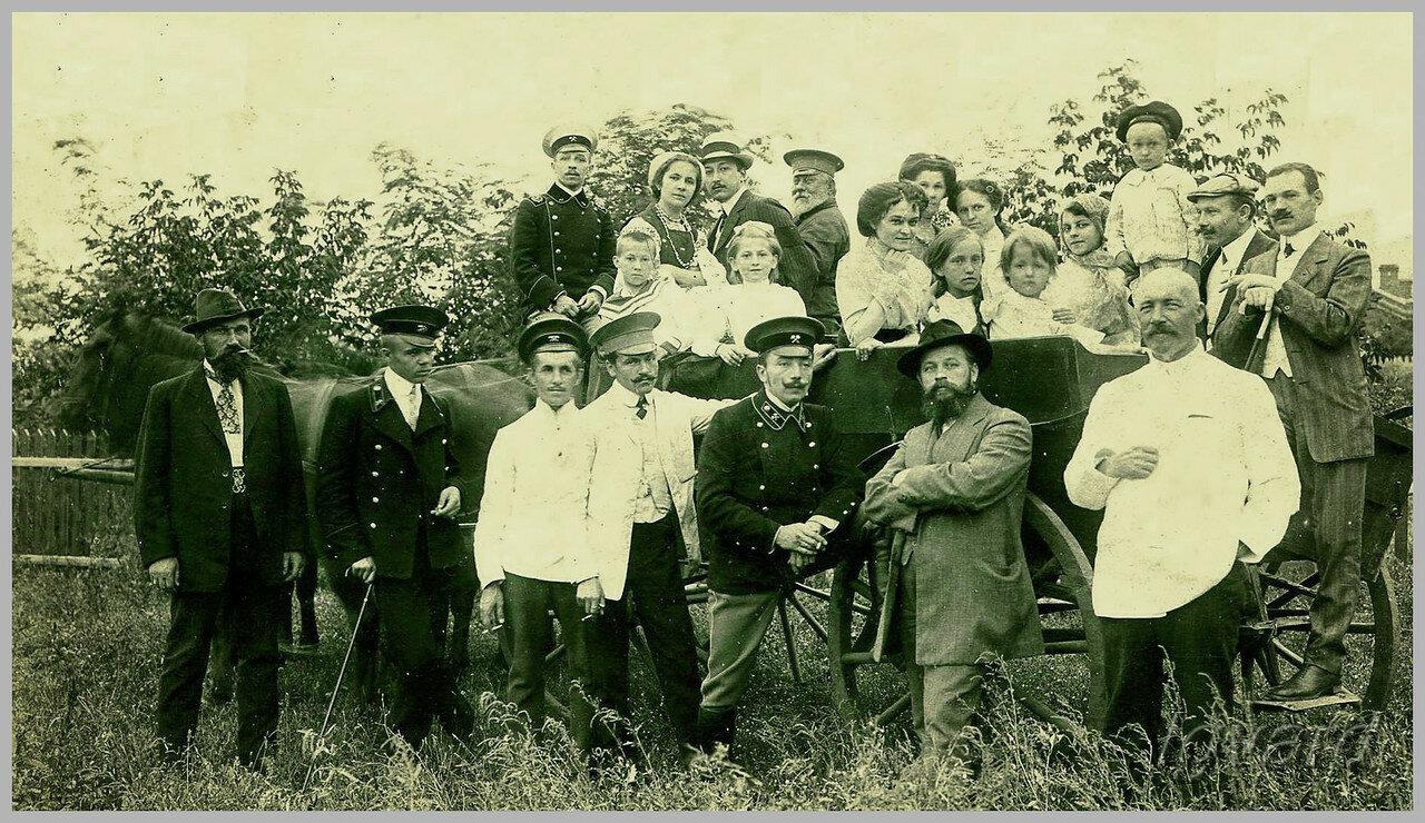 Группа работников одного из рудников Донбасса с семьями. В нижнем ряду, пятый слева - Павел Пятницкий. 1915