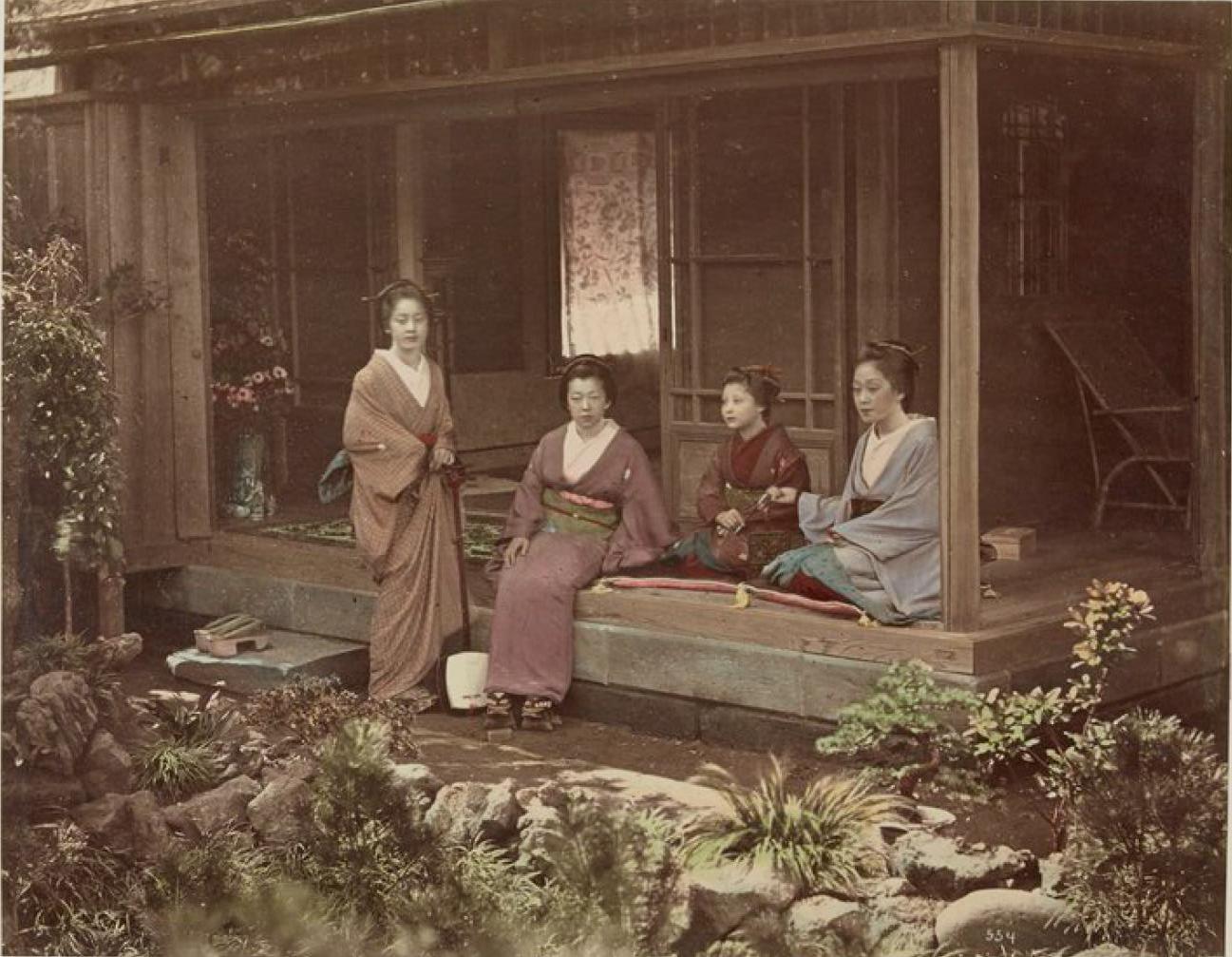 Женщины на веранде