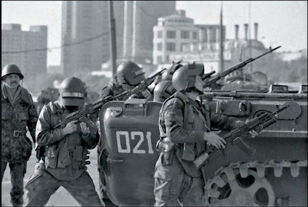 4 октября группа коммандос из элитных спецслужб «Альфы» обратилась к Дому Советов