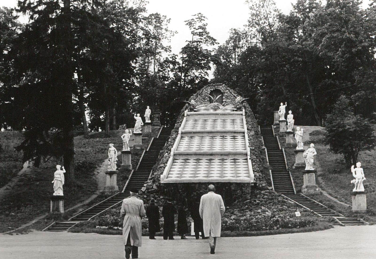 Петергоф. Шахматный каскад в Замковом парке