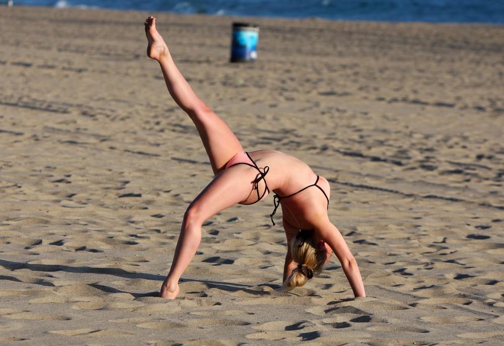 Джорги Портер на пляже в бикини