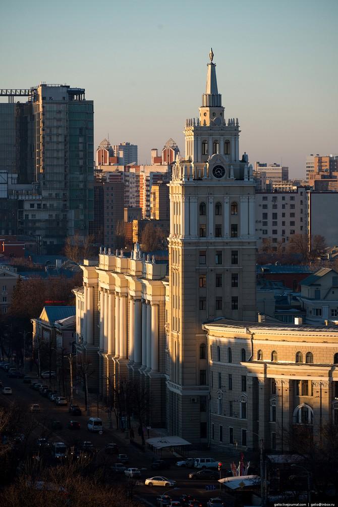 Здание Управления ЮВЖД — один из символов города и архитектурный памятник сталинской эпохи.