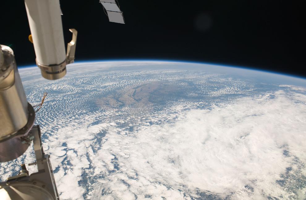 16) Вид Земли с МКС, пролетающей над Арканзасом 21 мая 2009. (NASA/JSC)
