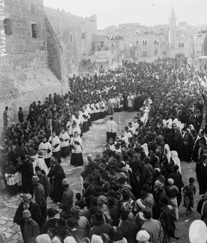 1915 год. Католический епископ прибыл на рождественскую службу.