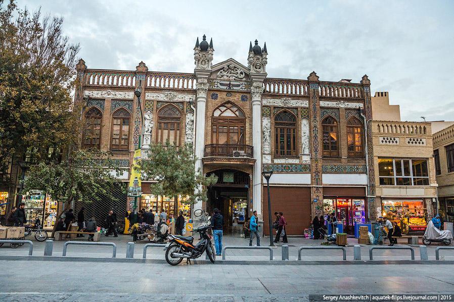 18. С архитектурой, если брать в общем, в Тегеране все плохо — город весь застроен бесформенными и б