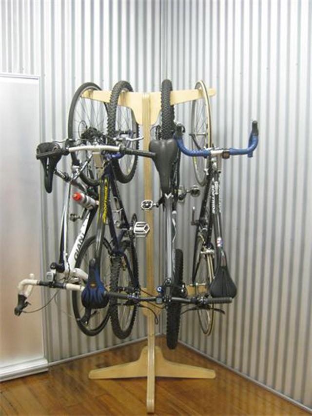 Стойка для четырех велосипедов.