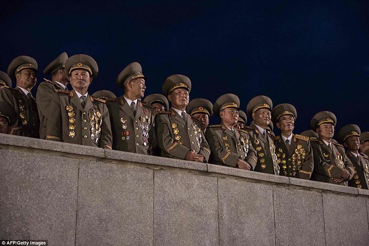 Военная верхушка Северной Кореи наблюдает за шествием с факелами.