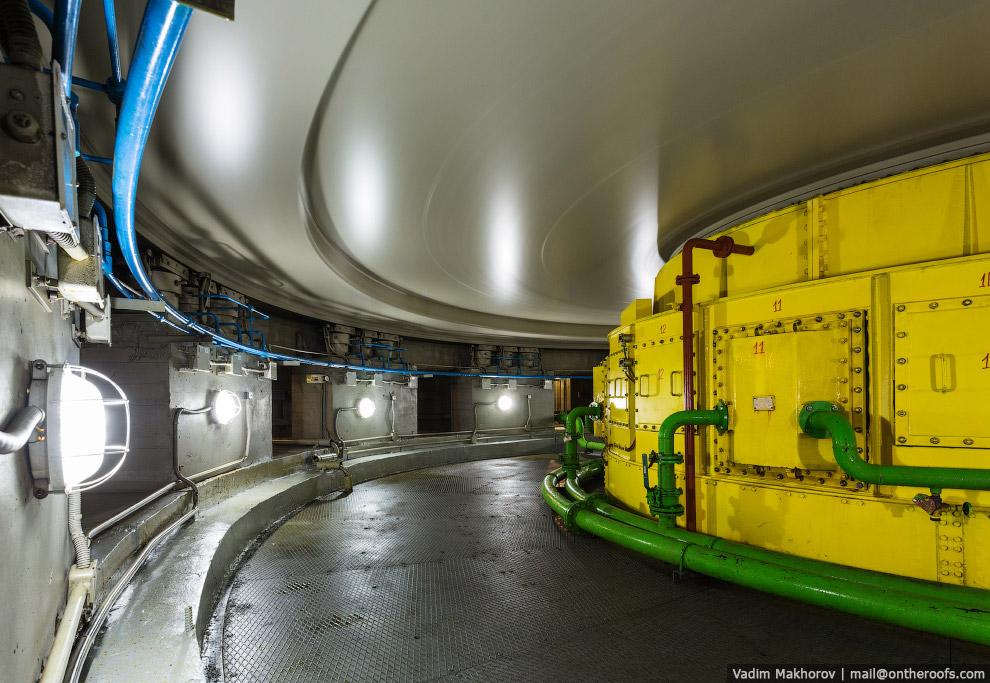 7. Ещё ниже — шахта турбины. Здесь находятся сервомоторы, вращающие лопатки направляющего аппар
