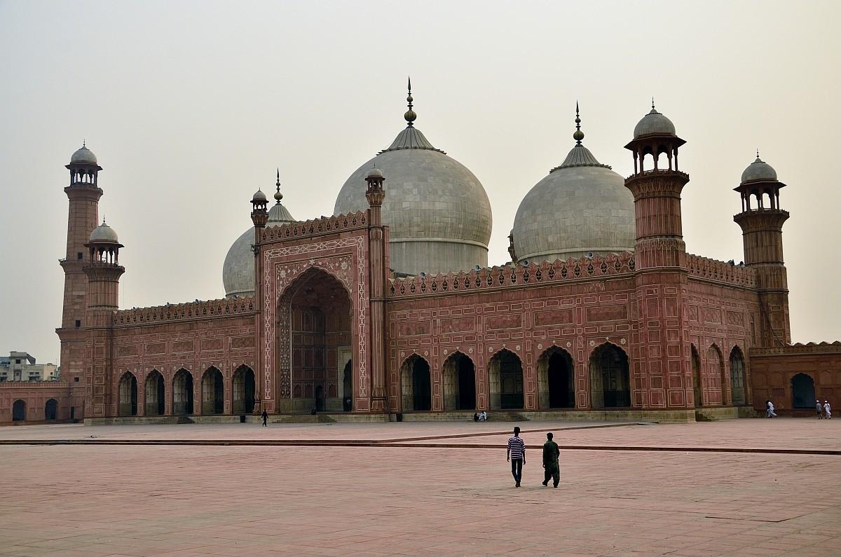 Это мечеть Бадшахи — самая главная достопримечательность Лахора, да и всего Пакистана. Построена она
