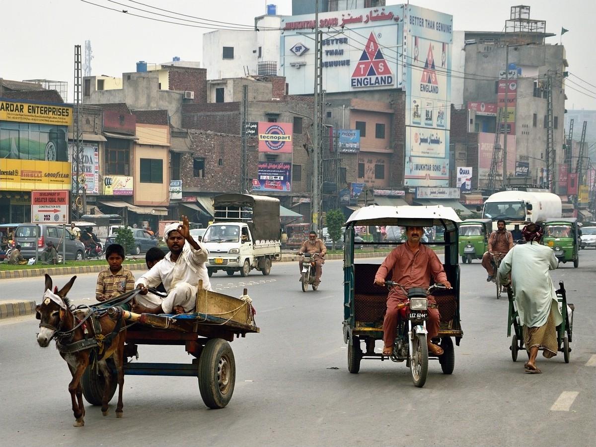 Знаете, что больше всего поражает в Лахоре? Я вот уже был и в Индии, и в Бангладеш. Учитывая общую и