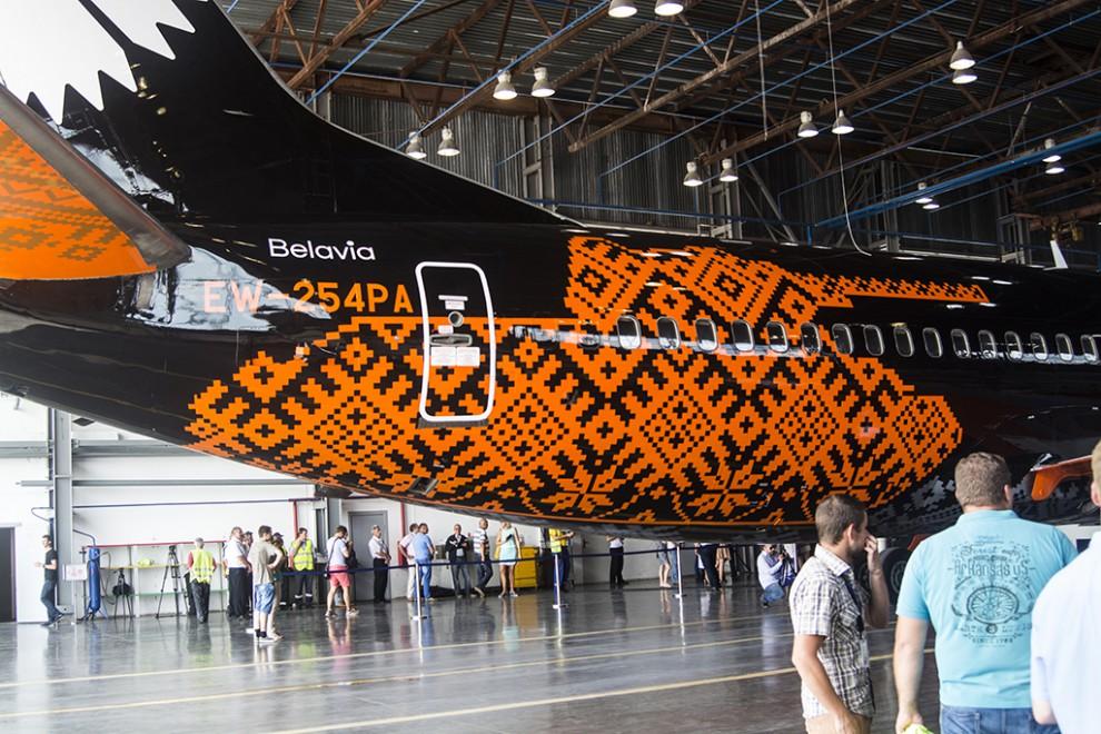 Макет самолета выполнен в корпоративных цветах бренда World of Tanks. Самолеты в ливрее черного цвет