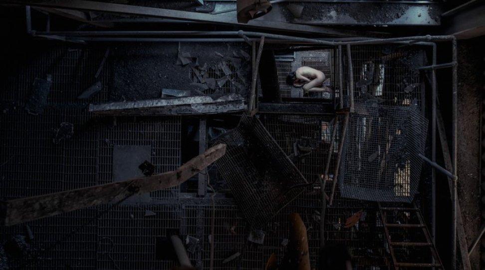 На контрасте: фотограф снимает обнаженных девушек в заброшенных зданиях (14 фото) 18+