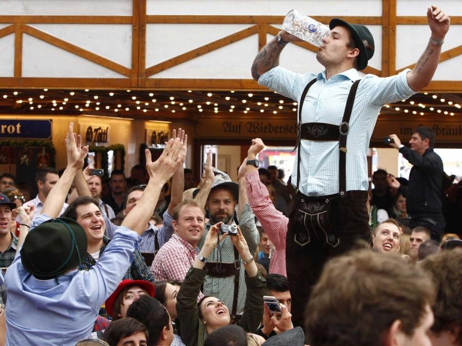 2. Ежегодно в Мюнхен, на Октоберфест съезжается около шести миллионов любителей пива, которые 16 дне