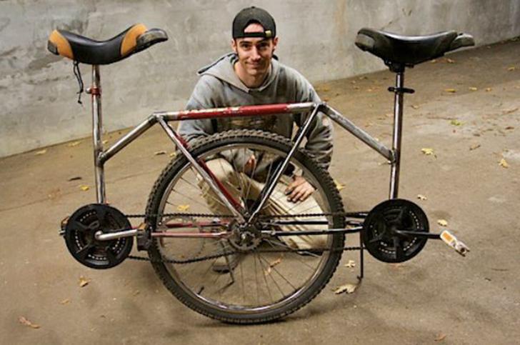 Ездить на двухместном велосипеде, наверное, романтично, но все-таки сложно. Представьте, что будет,