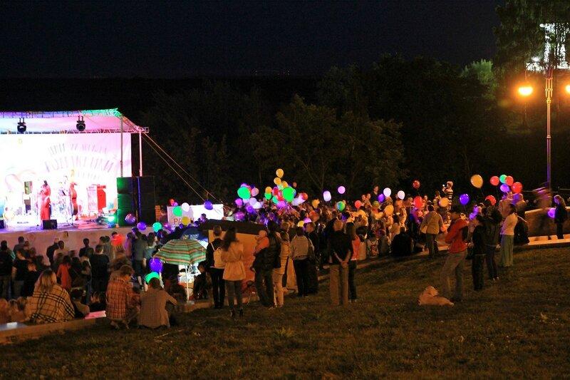 Зрители и светящиеся воздушные шары - Джазовый концерт и Дни романтики на Вятке 2016