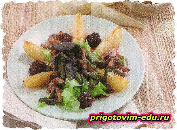 Теплый салат с карамельной грушей и ежевичным соусом