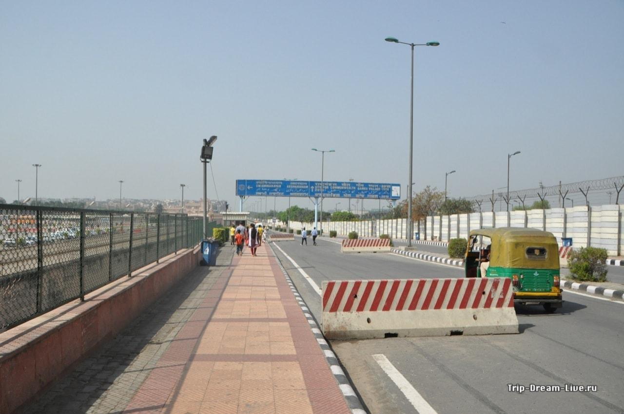 Несмотря на наличие тротуаров, путь к Акшардхам тернист