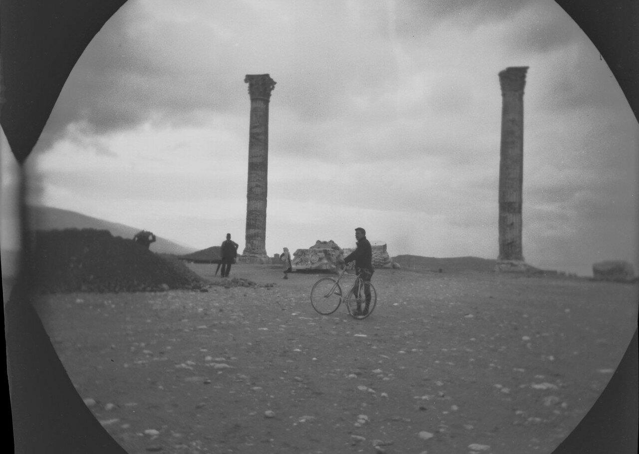 Уильям Захтбелен перед храмом Зевса Олимпийского