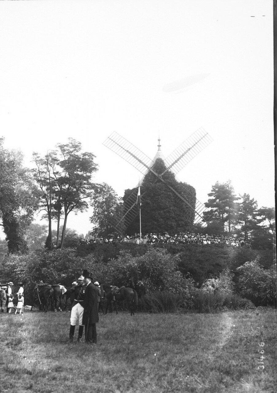 1913. Гулянья возле мельницы в Лоншане