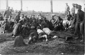 1915. Отдых солдат после боя