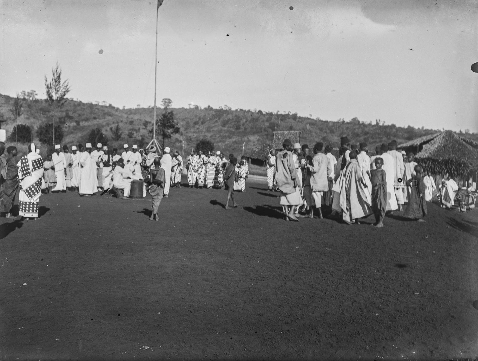 294. Станция немецкого общества Восточной Африки (ДОАГ)  в Моши. Во время праздника на площади