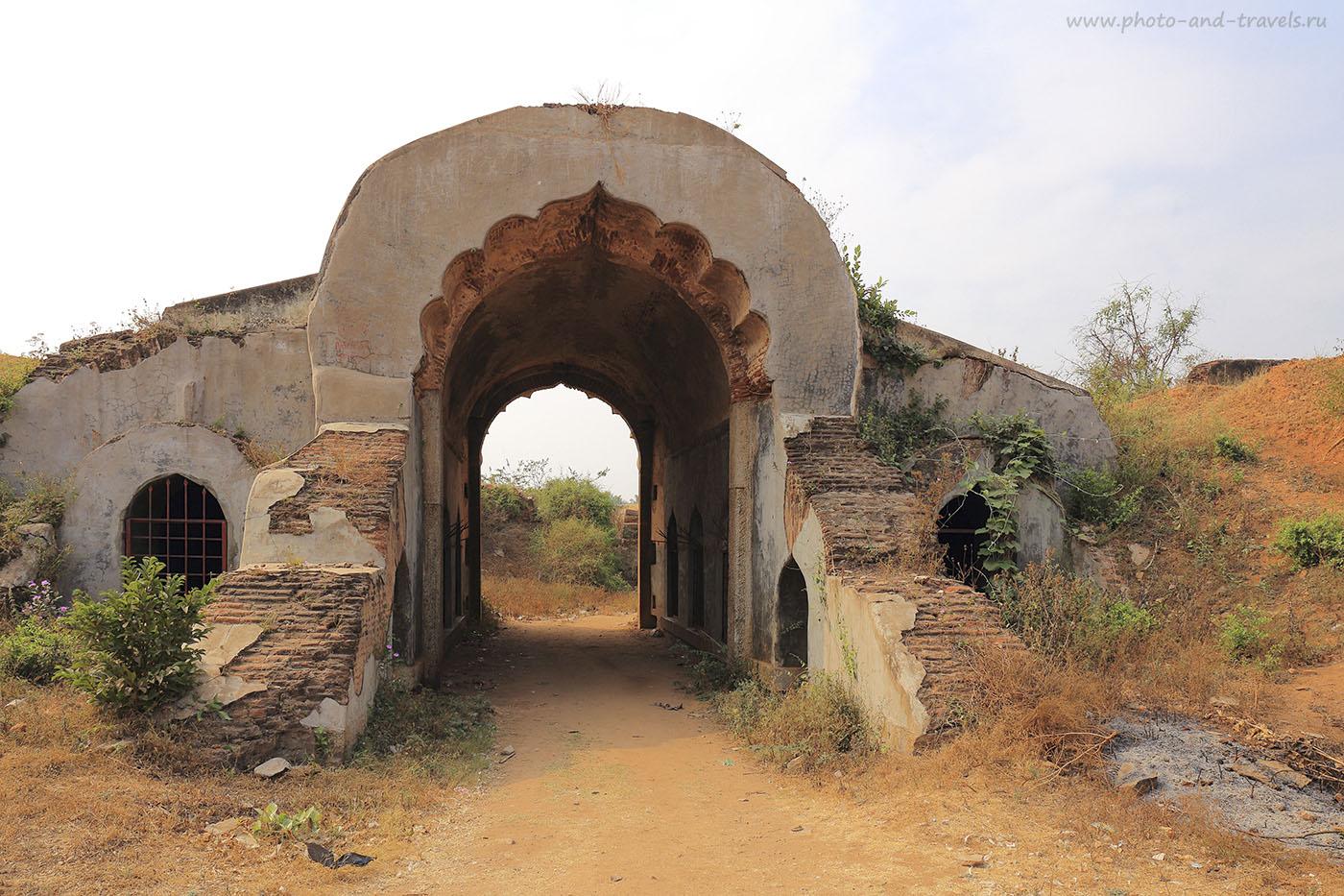 Фото 1. Отдых в Индии. Делийские ворота. Руины. Поездка на экскурсию в штат Карнатака. Камера CanonEOS 6D, объектив Canon 17-40/4. Настройки при съемке: выдержка 1/80 секунды, диафрагма f/9.0, ISO 100, фокусное расстояние 24 мм.