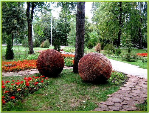 Вдоль набережной можно увидеть гранитную отделку, а рядом расположен Струковский парк, в котором есть что посмотреть