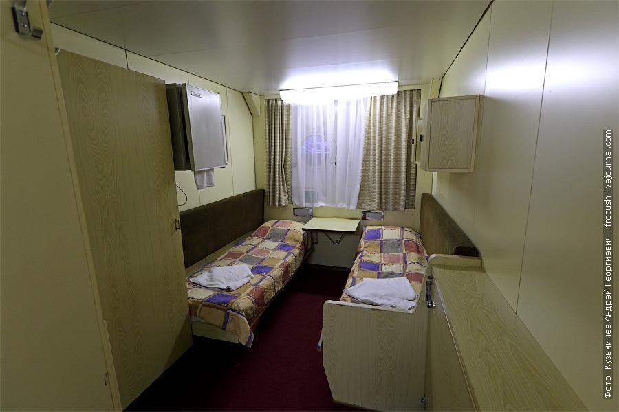 Нижняя палуба. Трехместная одноярусная каюта №114. В каюте три спальных места, шкаф для одежды, радио, душ, санузел, кондиционер, холодильник, два иллюминатора, электророзетка на 220 В. теплоход «Кронштадт»