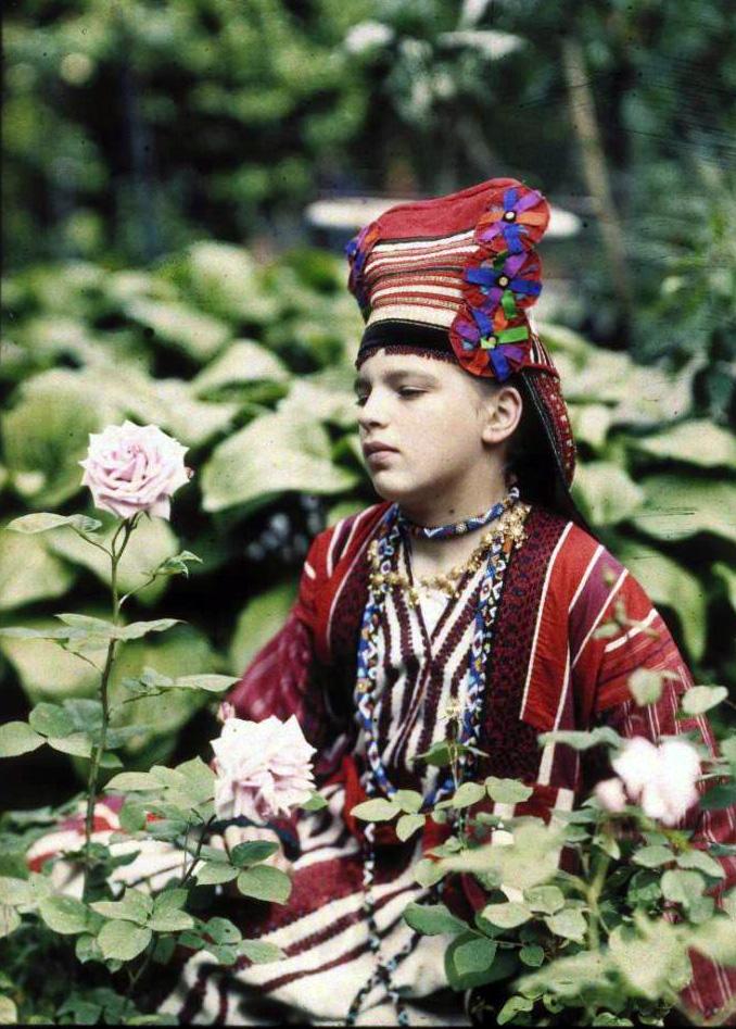 1914 Вера Козакова в народном костюме Веденисов2.jpg