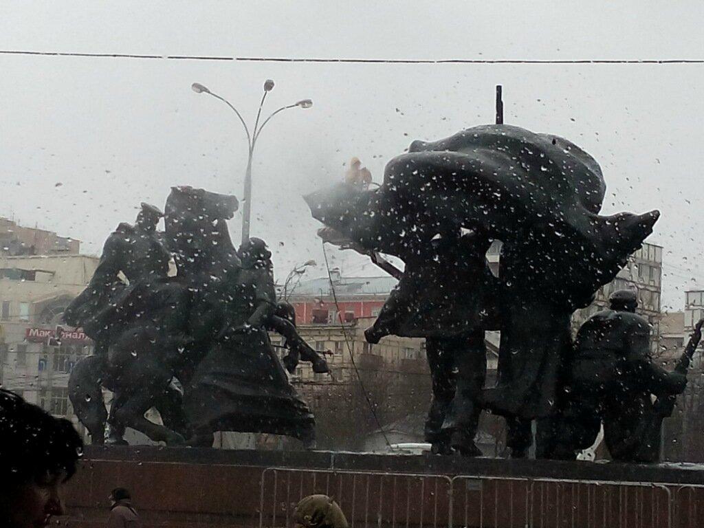 Мытьё памятника под дождём
