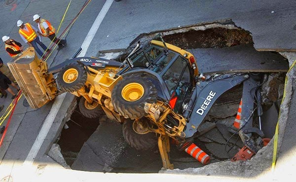 Самые необычные и огромные ямы на дорогах во всем мире