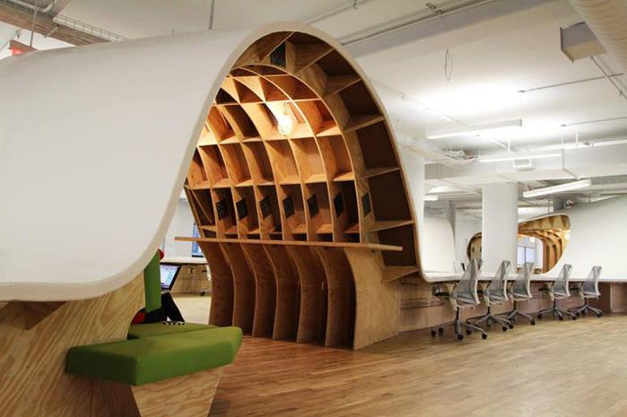 Самый длинный в мире офисный стол на 125 сотрудников компании