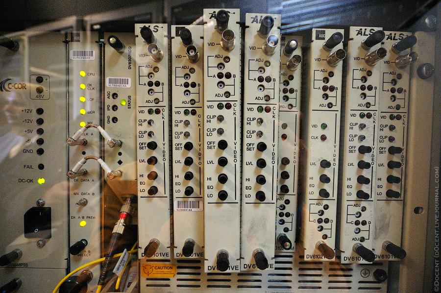 7. Здесь происходит передача сигналов эфирных телеканалов студийного качества в сеть Акадо. За день