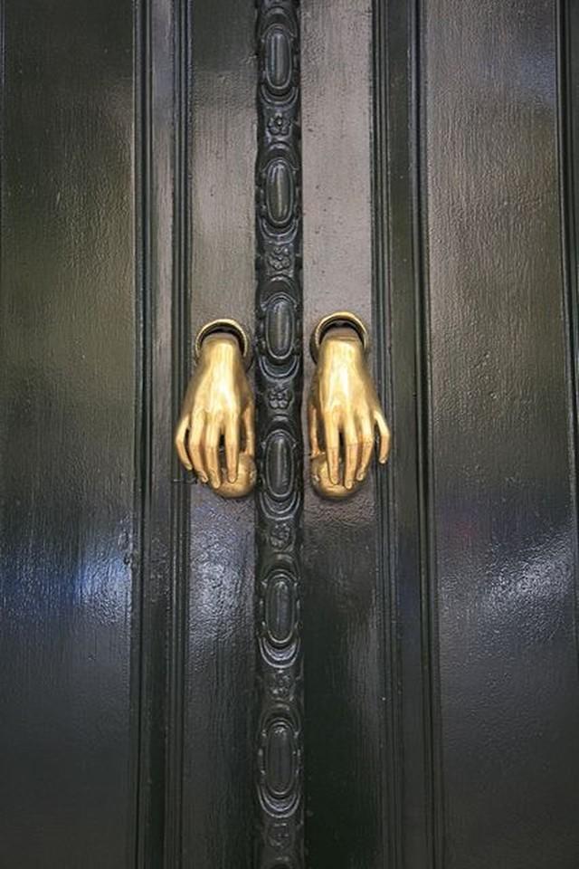16. Руки Потрясающие дверные ручки в виде человеческих рук.
