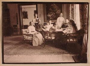 Семья Николаи-Пален в гостиной; слева направо Мария Николаевна Николаи, граф Константин Константинович Пален, за ним стоит его старшая дочь Маргарита, Софья Николаевна фон дер Пален (урожд. Николаи) с дочерью Еленой