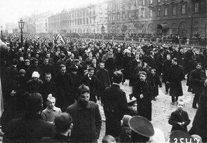 Участники манифестации с плакатами на набережной Екатерининского канала.