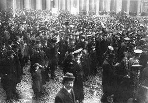 Группы участников манифестации с плакатами Скутари черногорцам и Крест на св. Софию у Казанского собора.