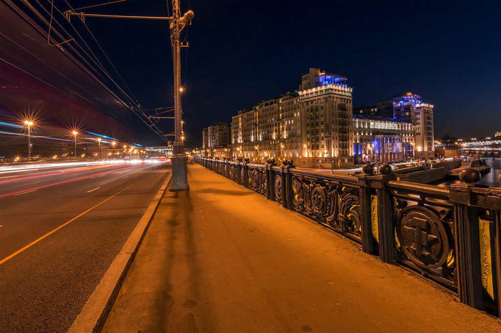 Москва. Большой Каменный мост. Вид на Театр Эстрады. Затемно