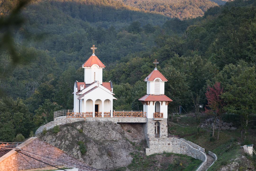 Храм в Пролом-Бане вечером