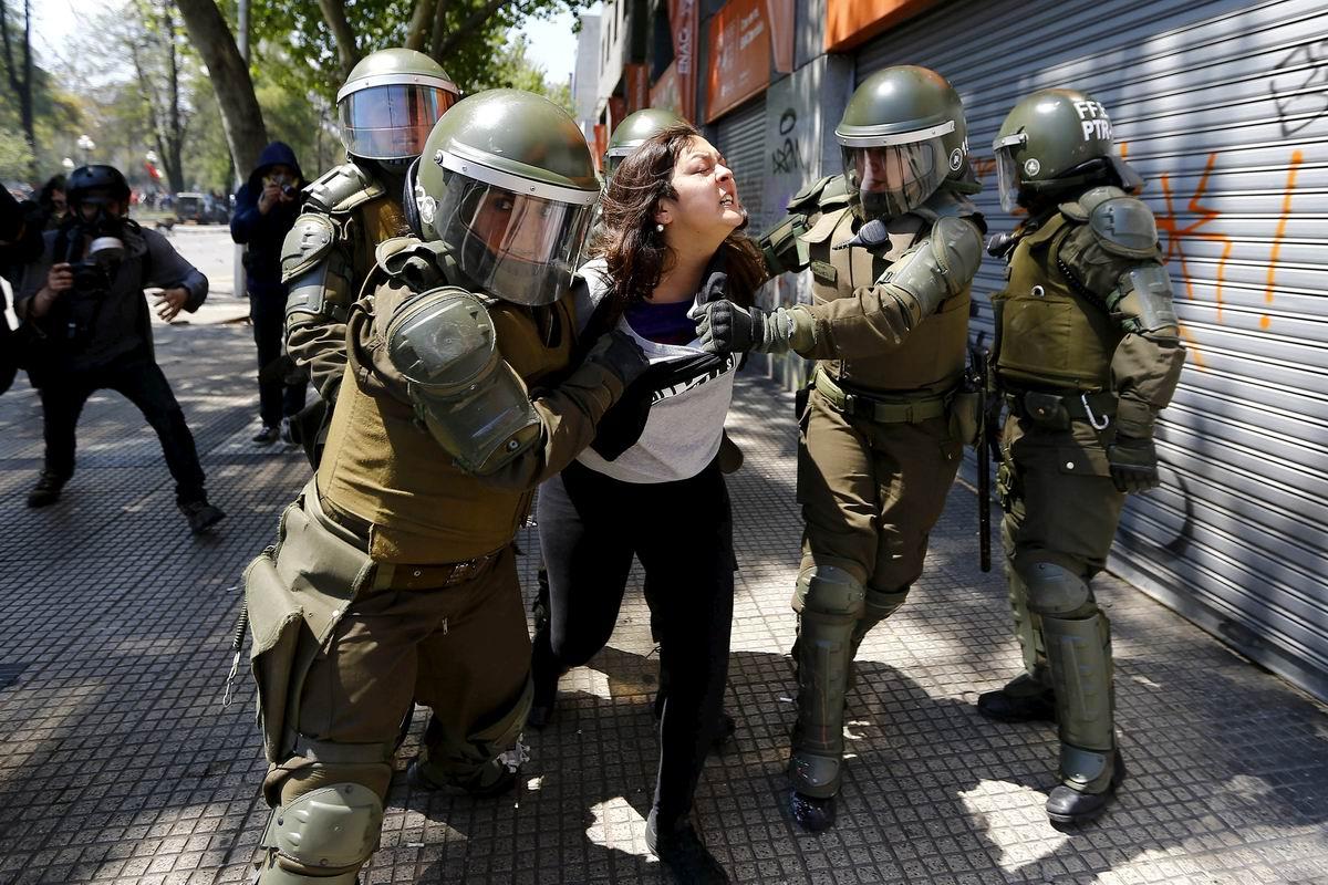 Дамские разборки на улице в Сантьяго: Карабинерши против демонстрантки
