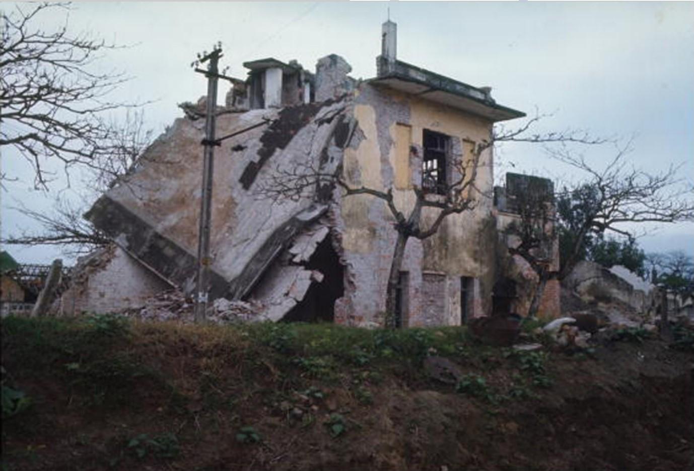 Разрушенный дом на автодорожном перекрестке в Пху Ли, северная часть Вьетнама ниже Ханоя