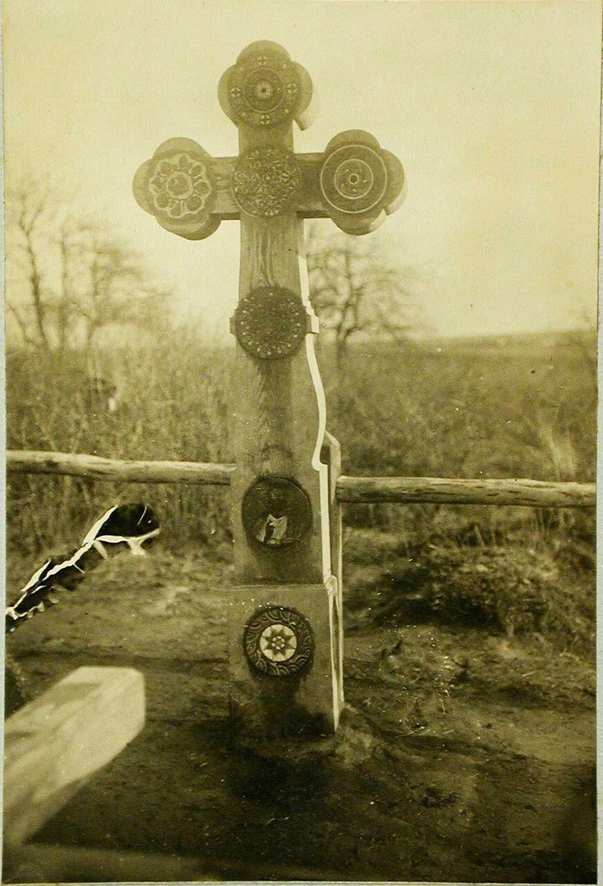 29. Вид дубового креста на могиле павших воинов. Галиция, с.Подгайчики
