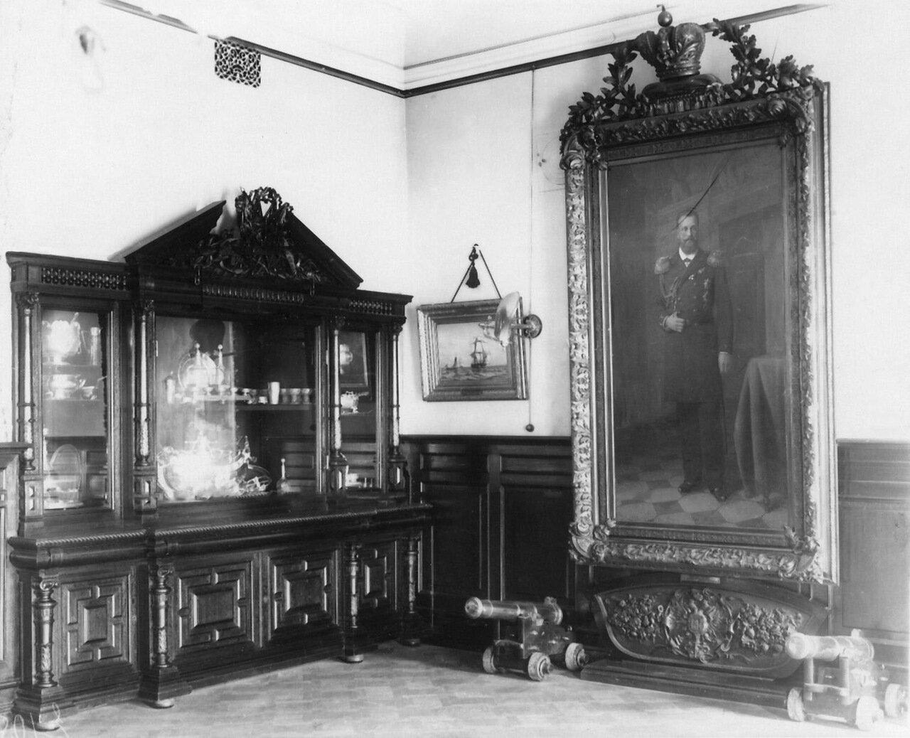 03. Часть комнаты со шкафом, заполненным юбилейными кубками и чашами