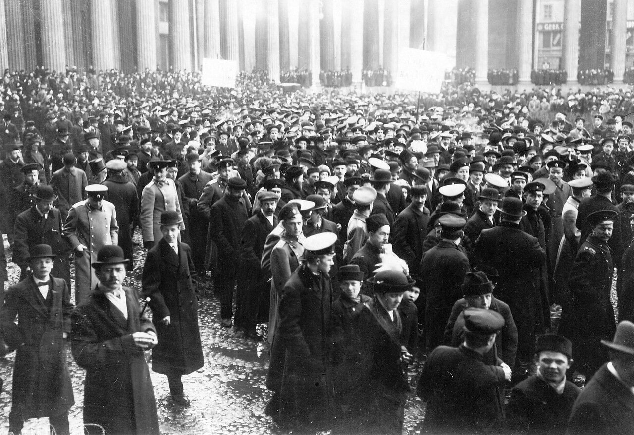 25. Группа участников манифестации с плакатами  у Казанского собора