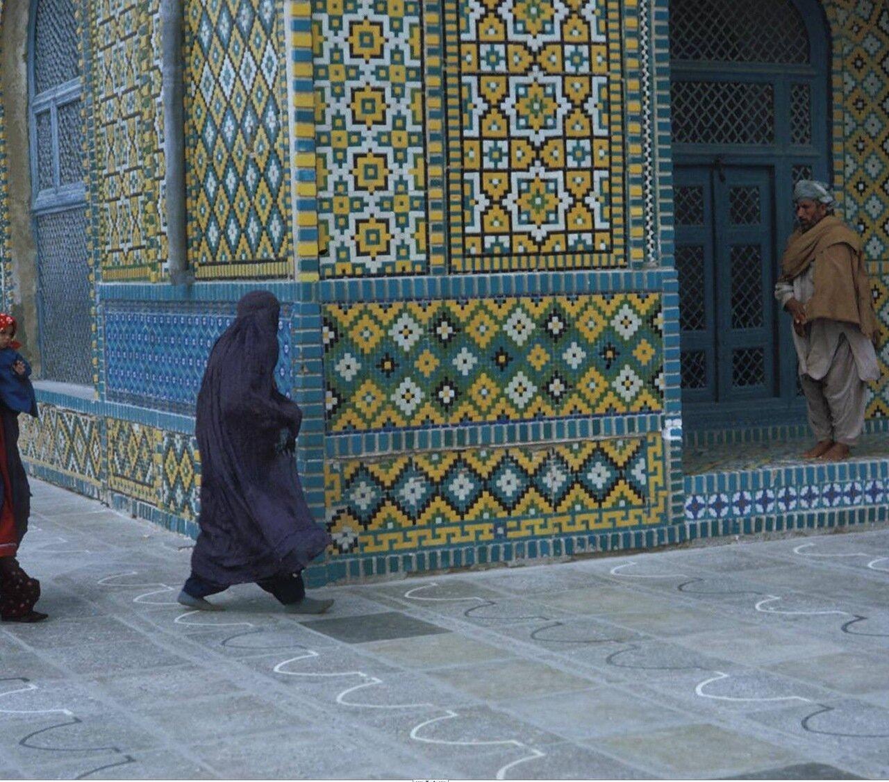 Мусульманка возле мечети