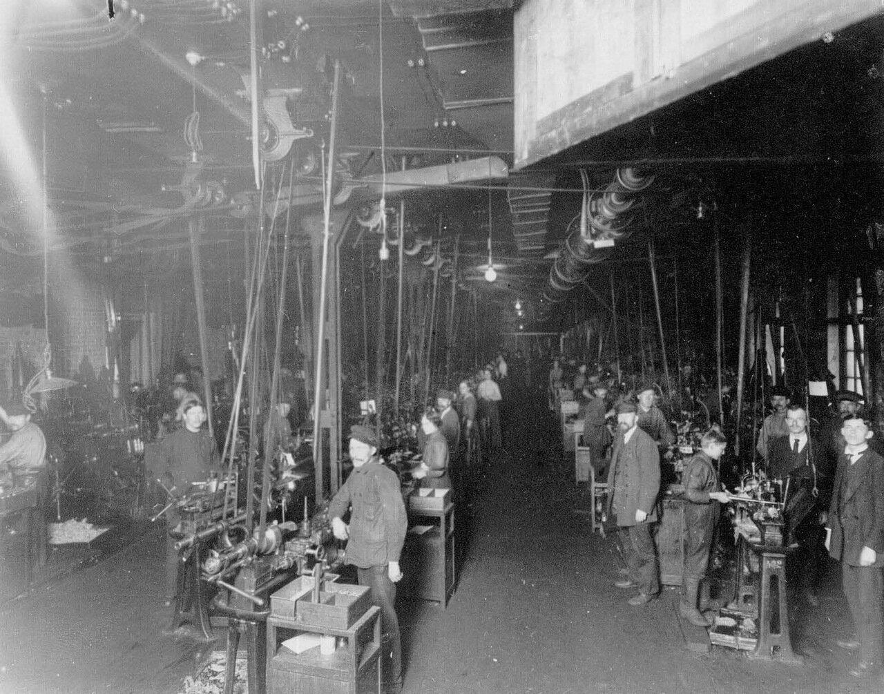09. Рабочие токарного цеха за обточкой стальных частей мин. Апрель 1916