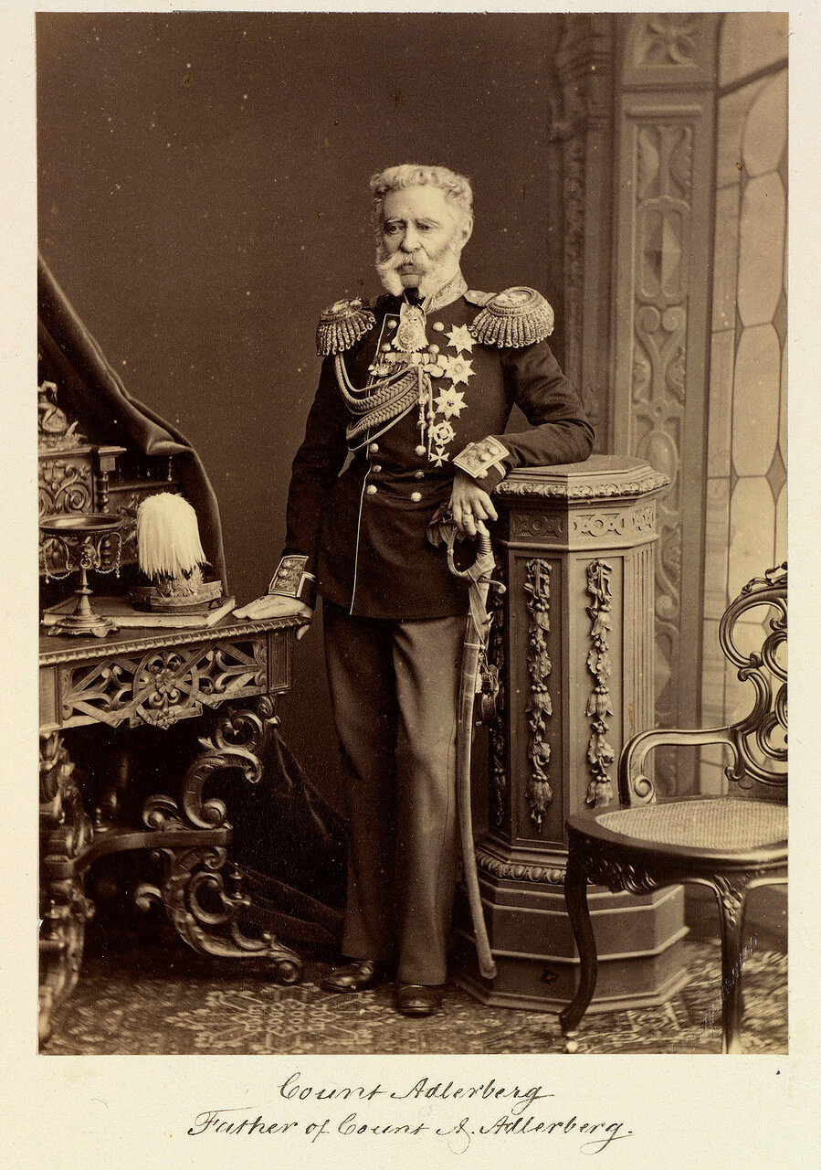 Граф Владимир Федорович Адлерберг 1-й (1791—1884) — генерал от инфантерии, генерал-адъютант, главноначальствующий над Почтовым департаментом, министр двора и уделов; брат статс-дамы Ю. Ф. Барановой. 1874