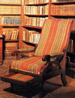Кресло Пушкина поближе, интересная конструкция, может, даже и удобное
