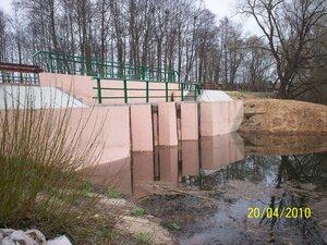Отремонтированная плотина на Рябчинском озере.Озеро наполняется.